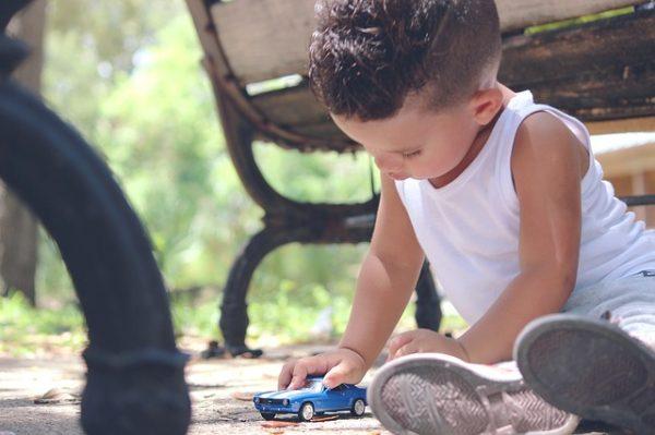 copil joaca singur