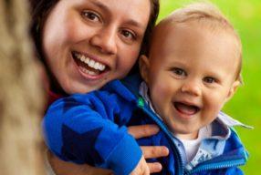 Între TV și joacă, copiii aleg joaca cu mama