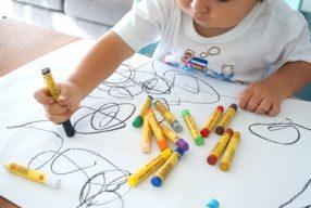 Copilul meu desenează linii alambicate și mâzgăleli. Și ce?!