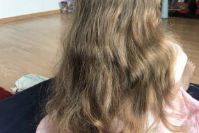 La joacă cu părul lung. Au, mi s-a prins slime în păr!