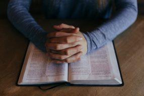 Sistemul care te strânge cu menghina: ora de religie